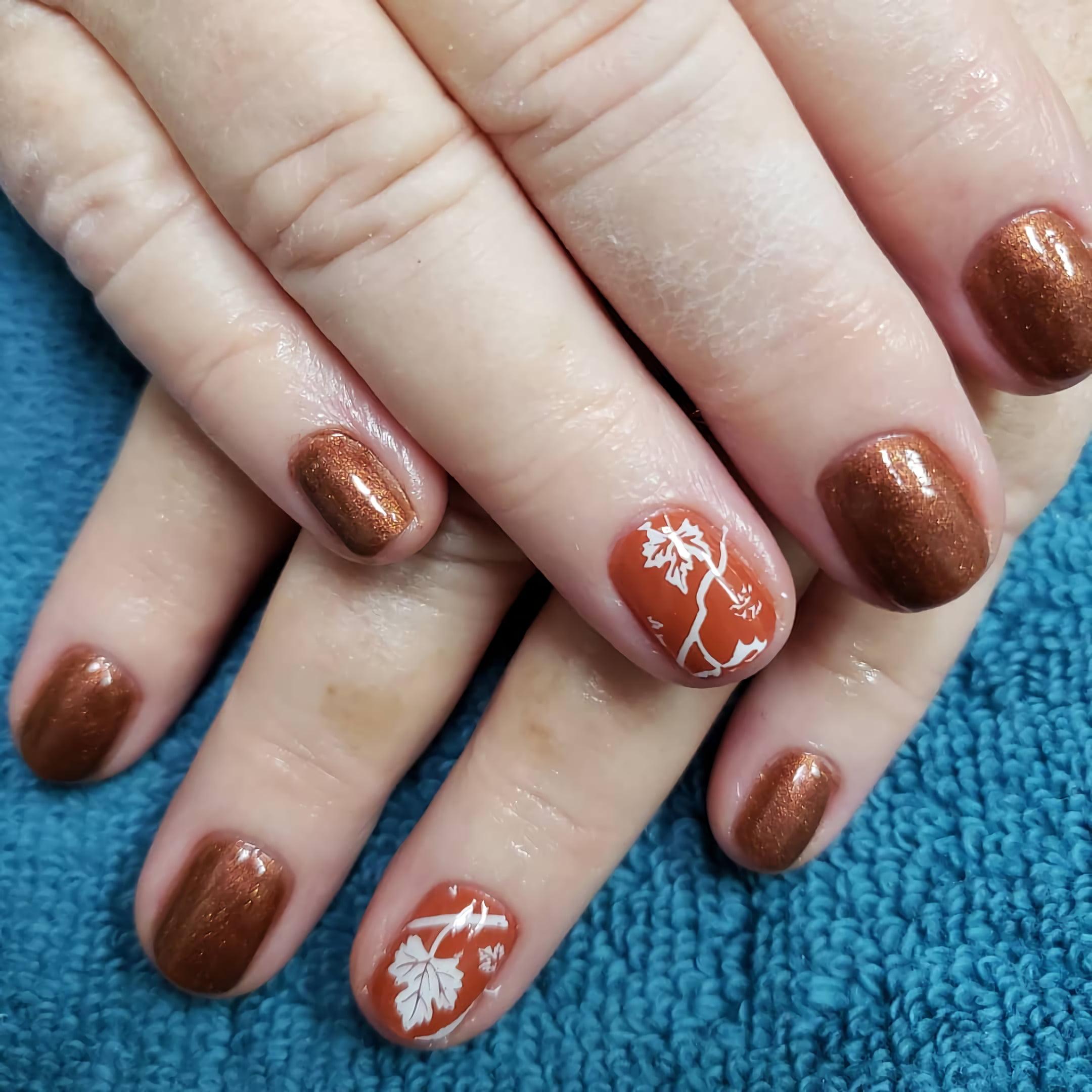 Короткие бронзовые ногти с очаровательным узором