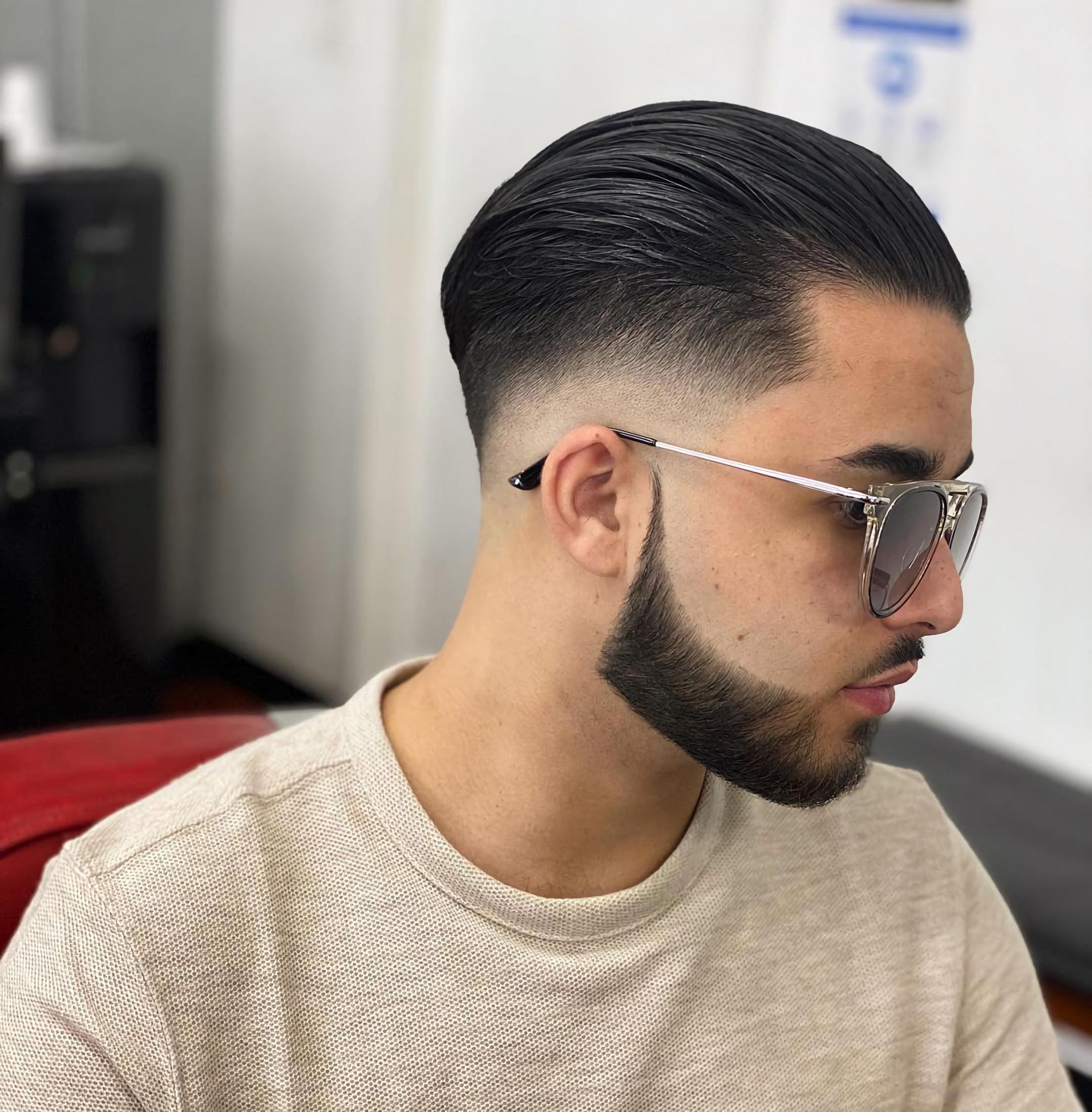 Гладко причесанные волосы назад