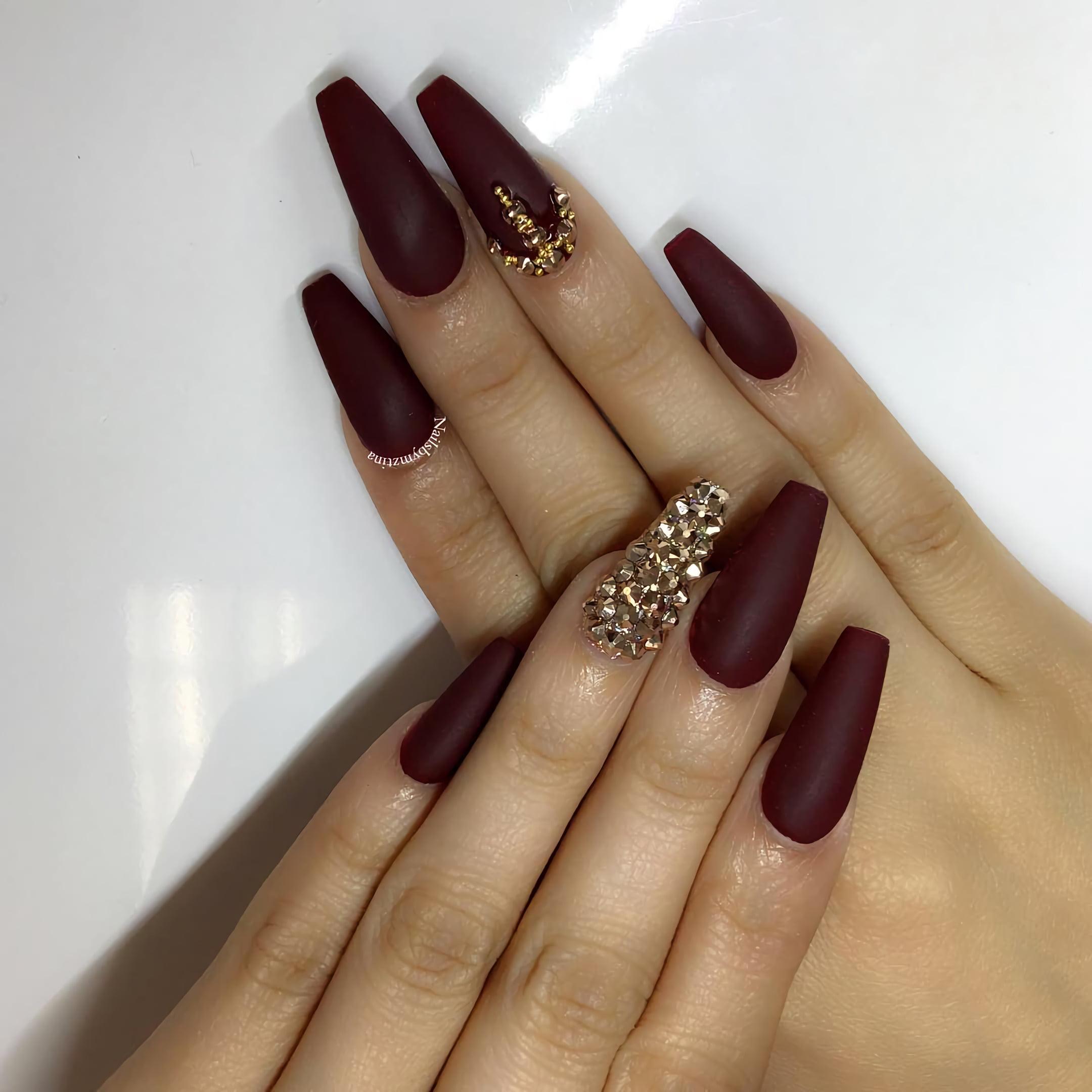 Потрясающие матовые бордовые ногти со стразами