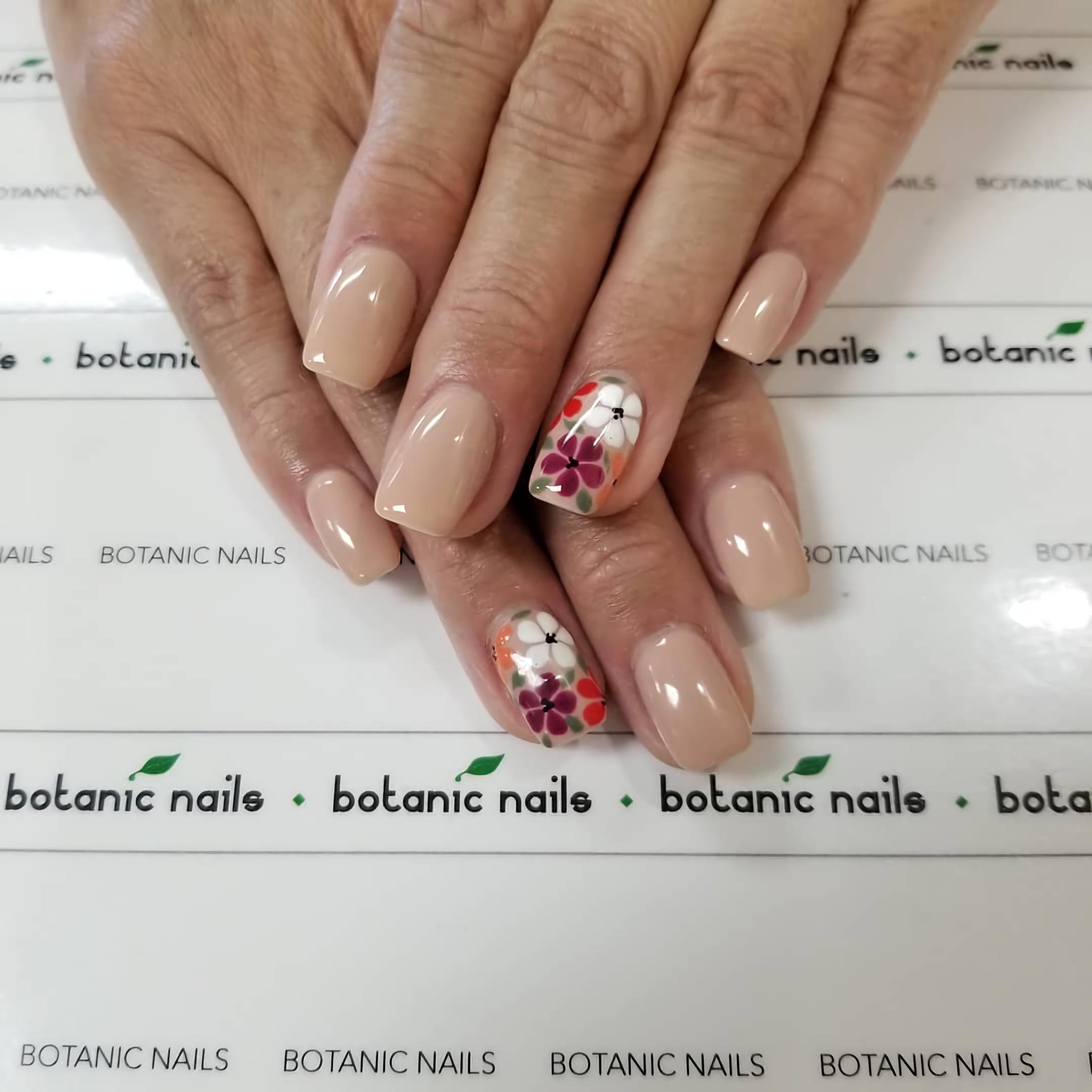 Винтажные цветы для идеального нюдового образа ногтей