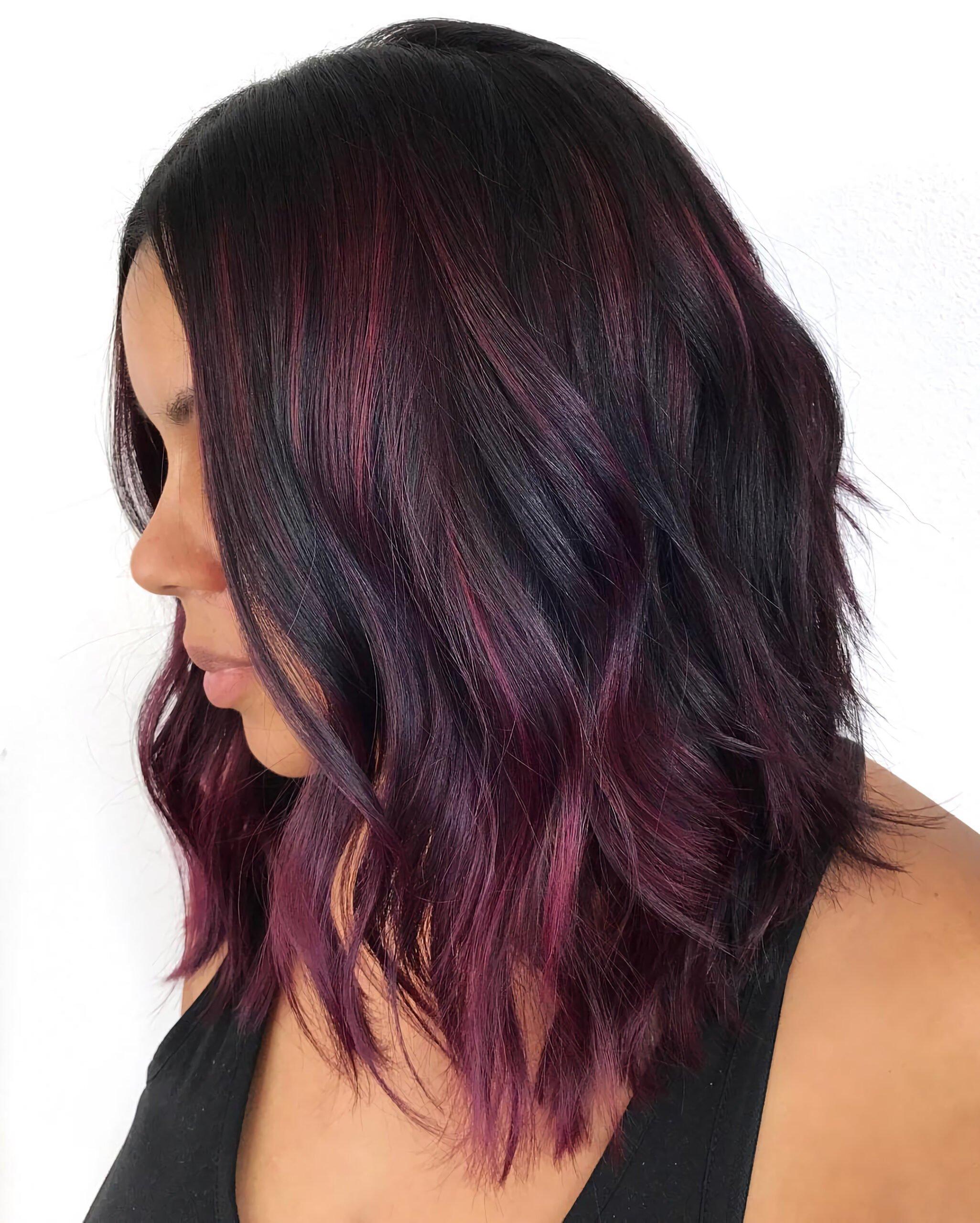 Смелая прямая стрижка с бордовыми волосами