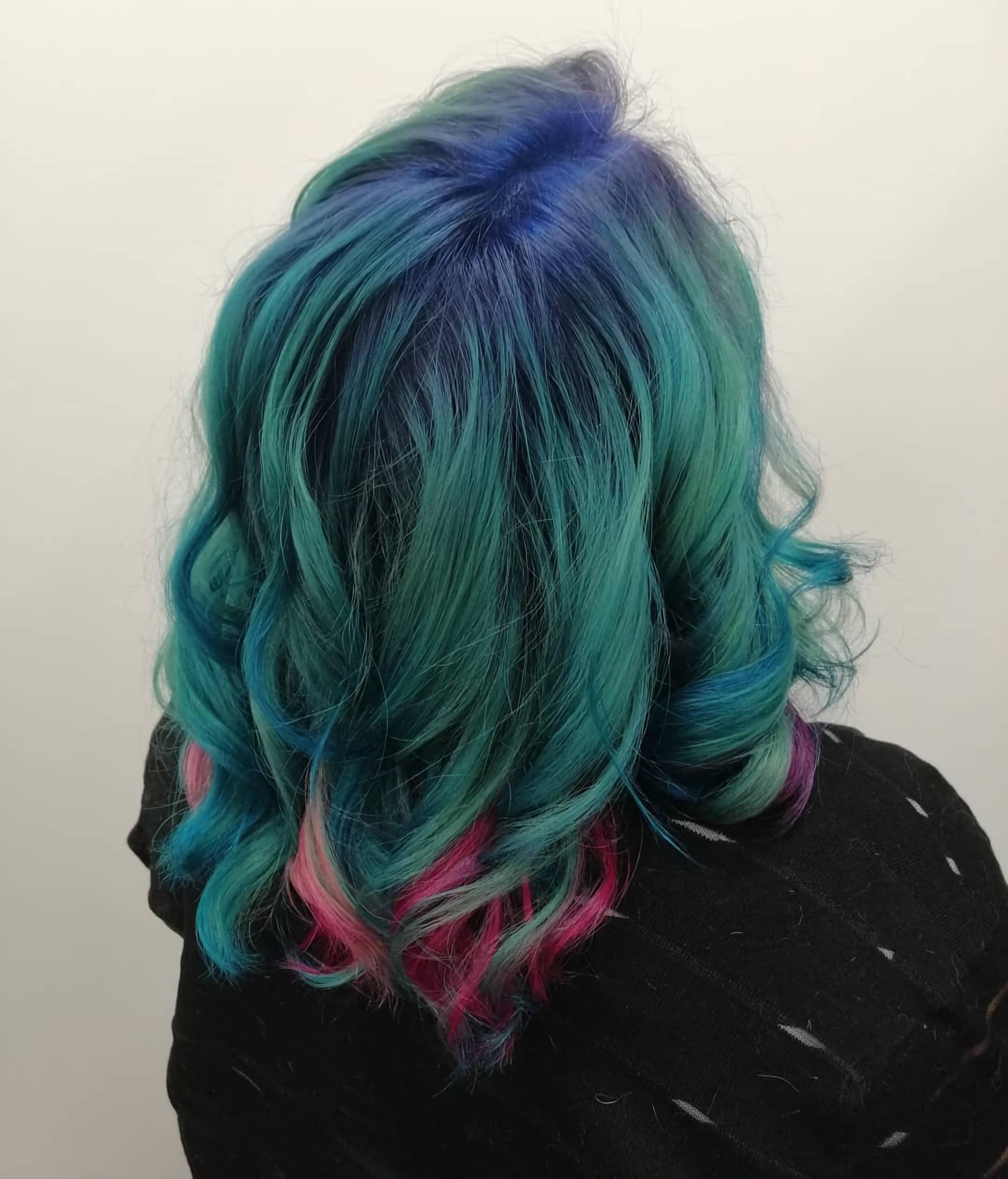 Голубые и фиолетовые волосы средней длины с распущенными локонами