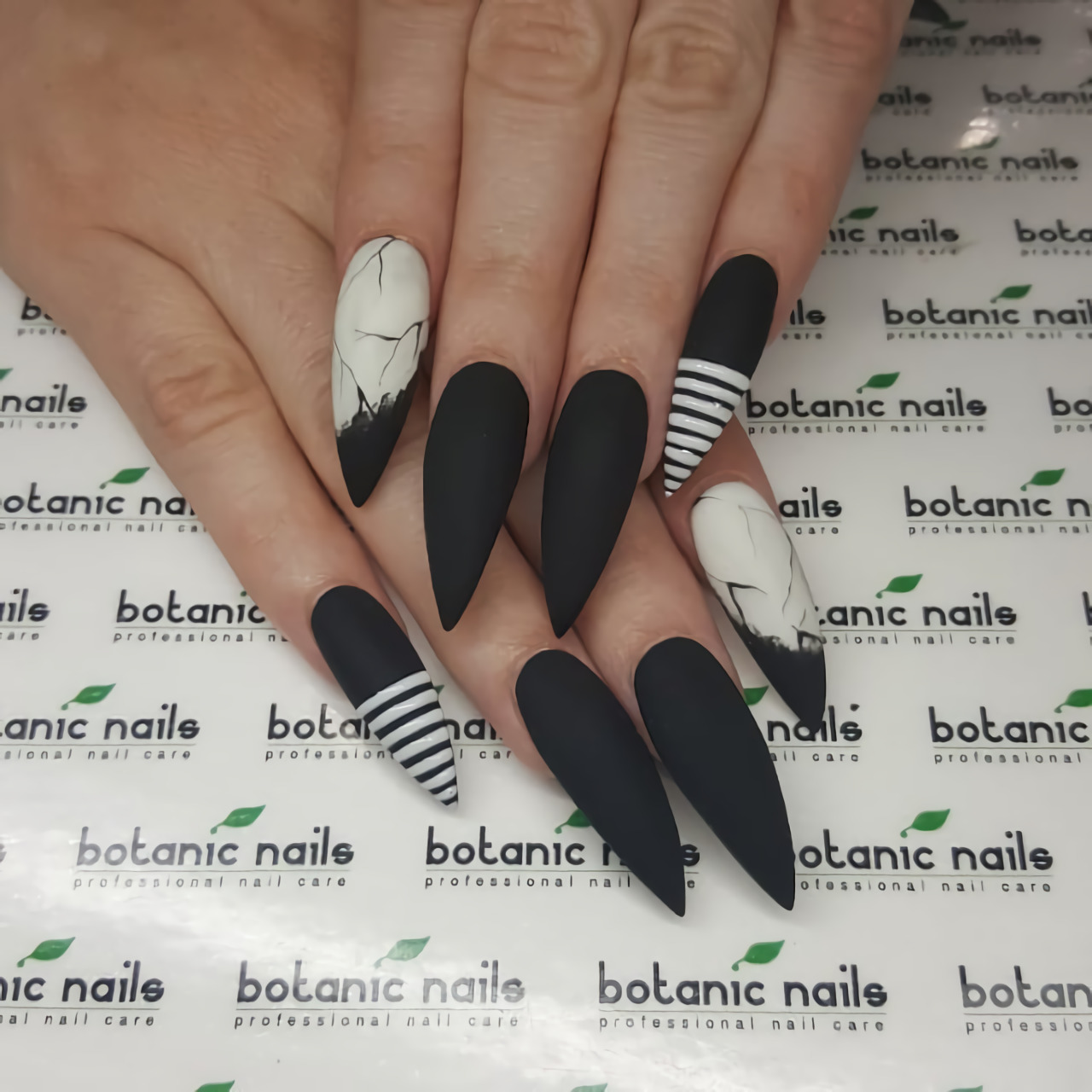 Устрашающие черно-белые ногти